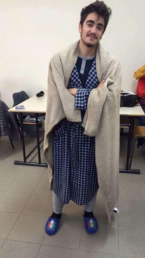foto ufficiali 2f22a 9de1b Riscaldamenti chiusi a scuola, studenti in pigiama in classe ...