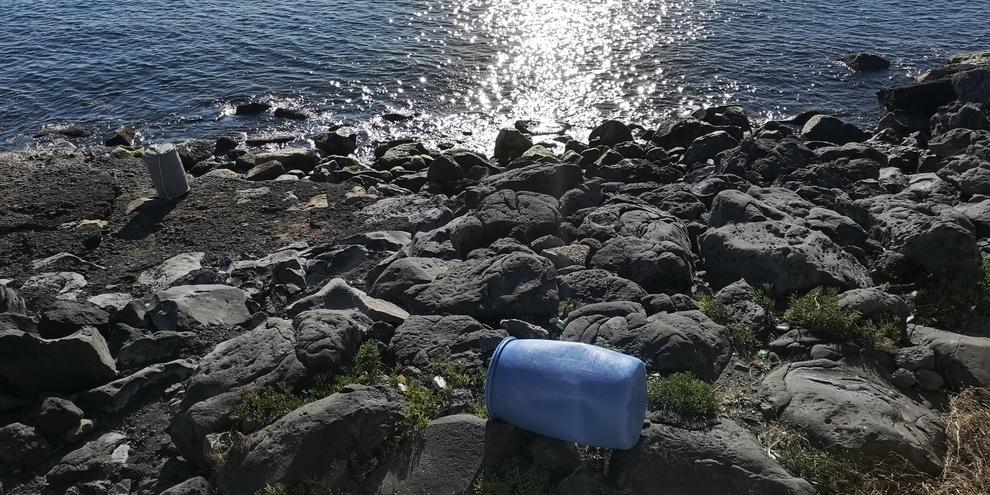 Bagnoli, panorama e degrado: bidoni abbandonati sulla scogliera