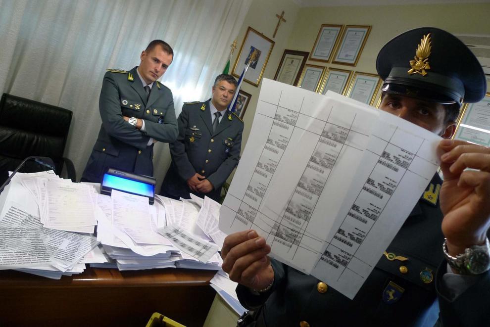 Napoli, due poliziotti nella gang dei permessi di soggiorno ...