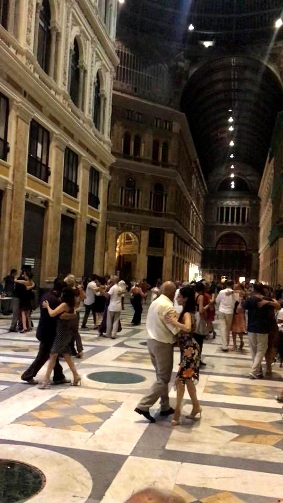 5faef8226b5d Nella Galleria regno di babygang i vigili multano le coppie del tango