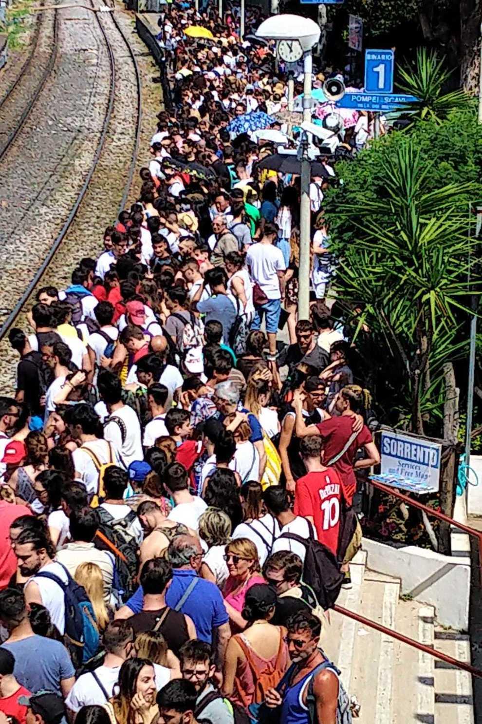 Guasto a un treno: la stazione di Pompei invasa da duemila turisti