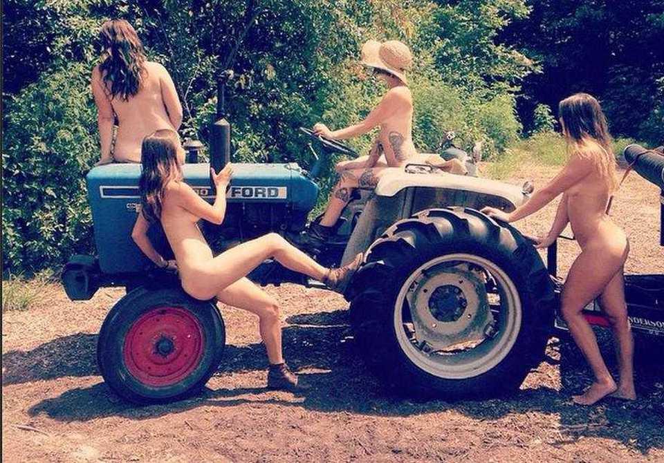 Calendario Donne E Trattori.Tutte Nude Per Salvare La Propria Fattoria Contadine Posano