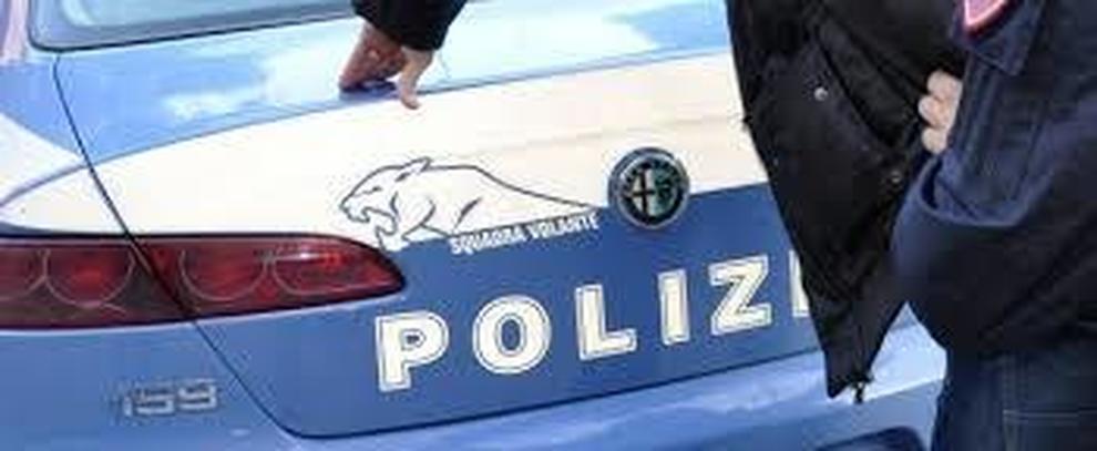 Minaccia e aggredisce i passanti, 33enne arrestato nel Napoletano