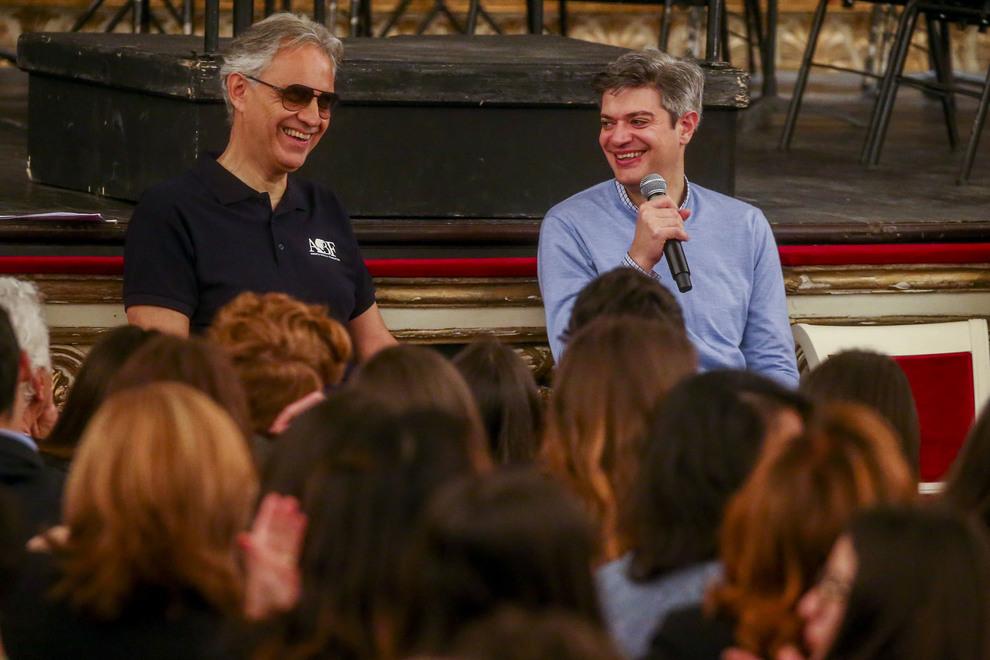Andrea Bocelli con 700 studenti campani: «Restate appassionati della vita»