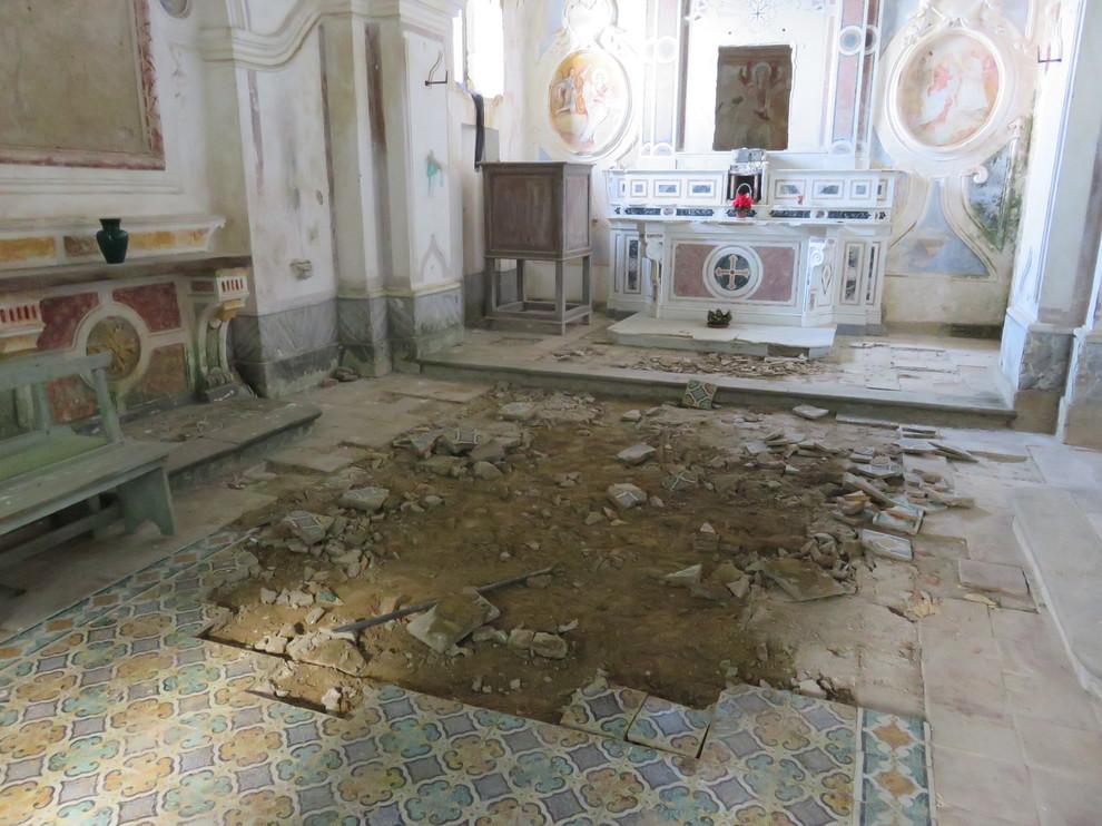 Massa lubrense rubate le piastrelle del pavimento di una chiesa