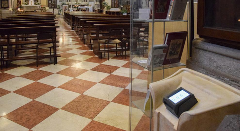 in chiesa l`elemosina si fa con il bancomat. la prima offerta con il pos da un turista straniero.