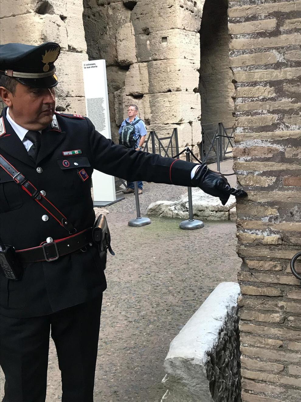 Incide il suo nome sul Colosseo: denunciata turista inglese di 17 anni | Il Mattino