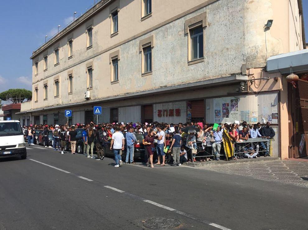 Migliaia di persone in fila a Napoli per il rilascio permessi di ...