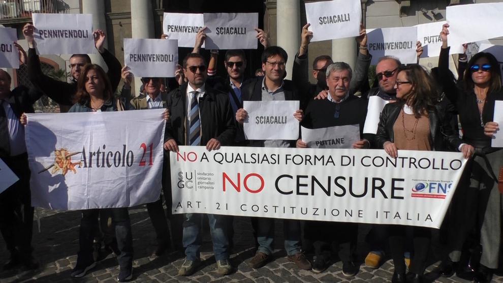 Flash mob #GiùLeManiDallInformazione, giornalisti campani in piazza