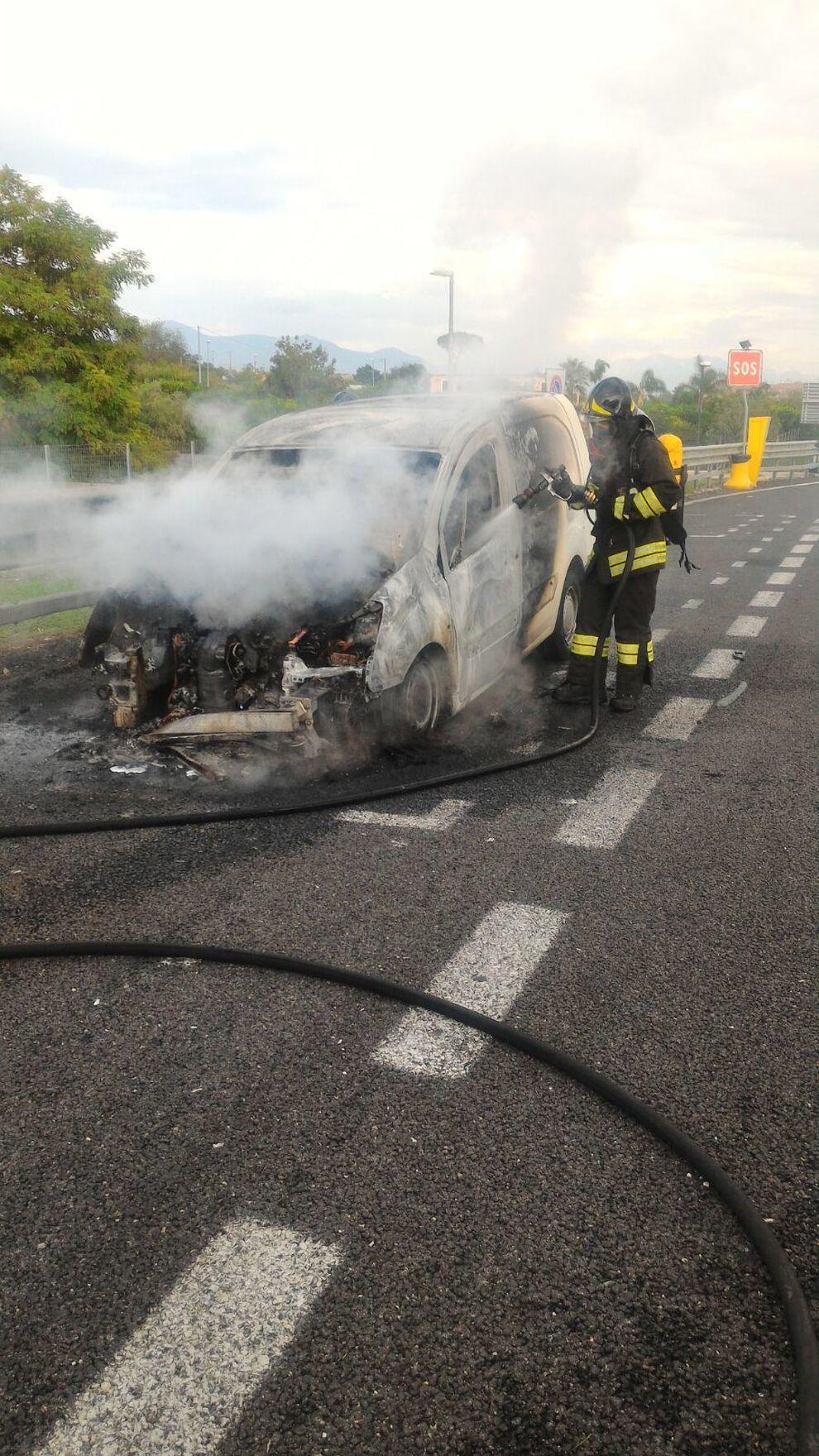 Furgone in fiamme sull 39 a3 paura ma conducente illeso il for 76 2306 3