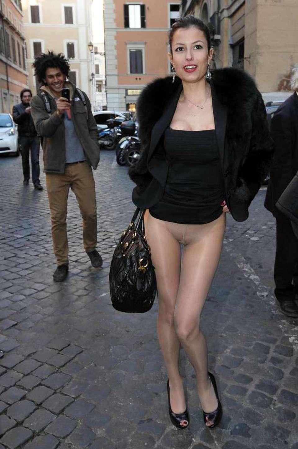 Sara Tommasi Nuda Per Scilipoti Convegno E Spogliarello In Strada
