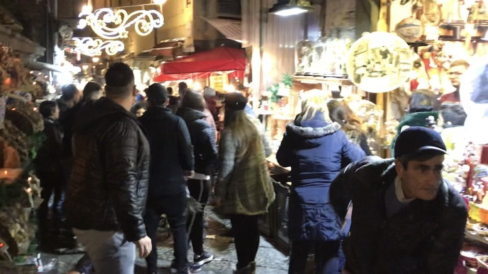 «C'è una bomba», e nella strada dei pastori di Napoli è subito fuggi fuggi