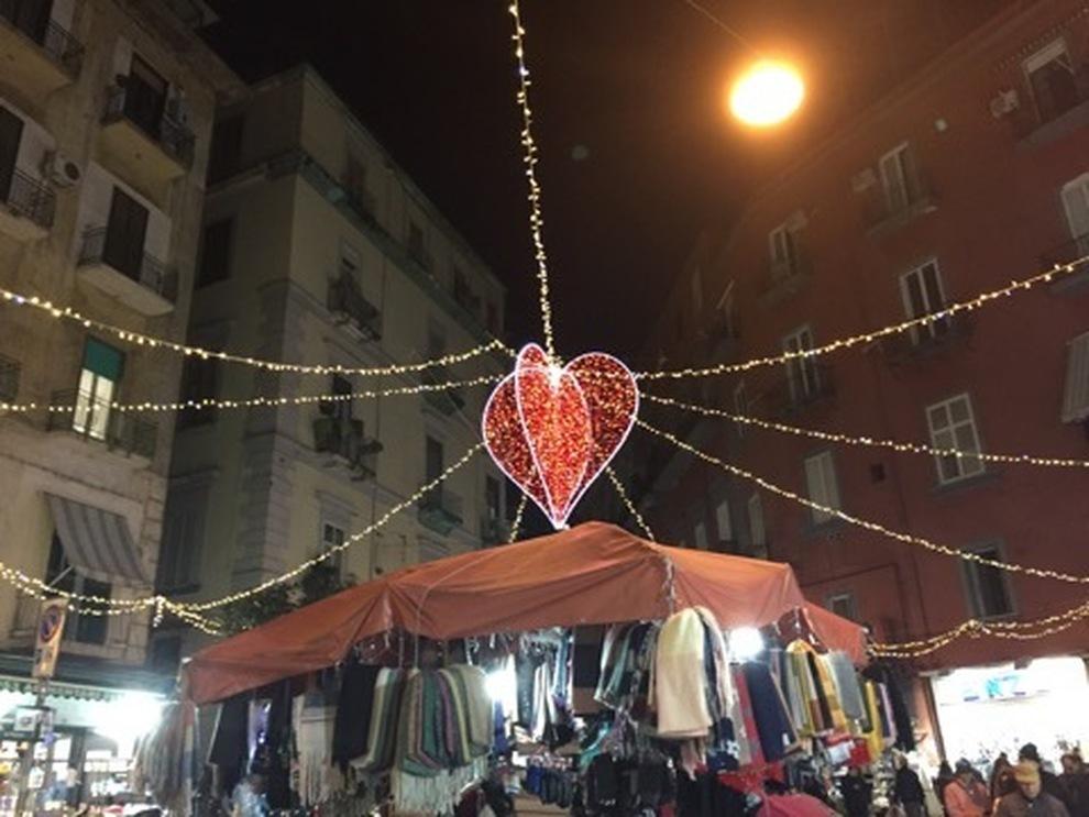 Napoli, alla Pignasecca luminarie di San Valentino contro il degrado