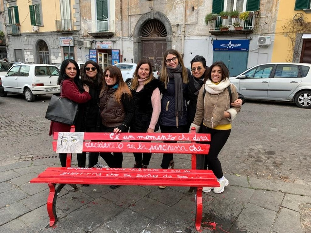 Napoli Panchine Contro La Violenza Le Donne Recuperano L Arredo