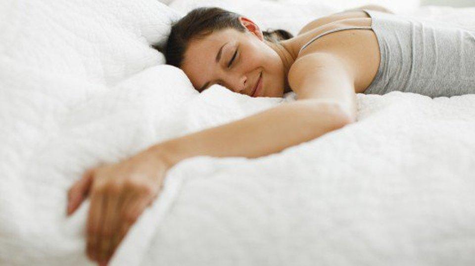 Dormire Con Cuscino Sotto Gambe.Dormire A Pancia In Giu Ecco Cosa Significa E Perche Dovresti