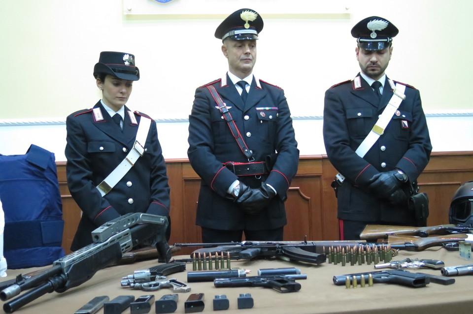 Kalashnikov e fucili due arsenali di camorra scoperti a for Il mattino di napoli cronaca