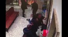 Giovane pestato alla stazione Circum di Pompei: pugno duro contro il branco