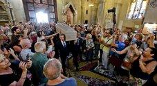 De Crescenzo, l'ultimo saluto di Napoli: migliaia a Santa Chiara, Arbore in lacrime