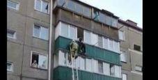 Immagine Precipita dal balcone, il salvataggio va a vuoto