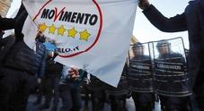 Ira Ncc a Roma, a fuoco bandiere M5S. Autisti in piazza: «No alla nuova legge»