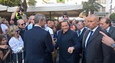 Pordenone, Berlusconi colpito da un uovo: lanciato da un uomo tra la folla