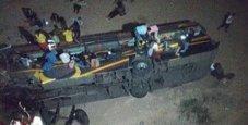 Immagine Per evitare un bufalo bus precipita dal ponte: 12 morti