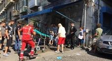 Terrore a Napoli: auto sulla carrozzina, donna si lancia e afferra il neonato al volo