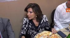 La Casellati in pizzeria a Napoli: «Venuta apposta, mio cibo preferito»
