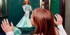 Immagine Bambina ruba una bambola pistola contro i genitori