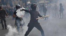 Antifascisti contro Casapound, mille in piazza a Genova: scontri con la polizia e feriti