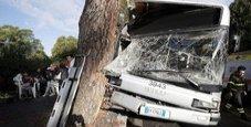Immagine Bus contro un albero a Roma: 35 feriti