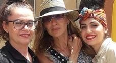 Sarah Jessica Parker in vacanza in Italia: selfie con i fan a Marzamemi