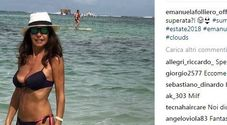 Emanuela Folliero, il décolleté da urlo a 53 anni fa il boom di like