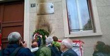 Immagine 25 aprile, bruciata corona in memoria del partigiano