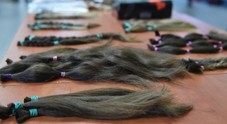 Bimba bolognese di 8 anni dona 70 cm di capelli per malati oncologici