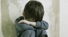 Violenza su bambino in bagno scuola: bidello arrestato nel Napoletano