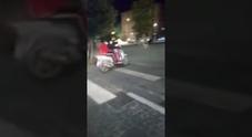 Bambino sfiorato da scooter in corsa: baby gang fuori controllo in piazza Municipio