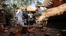 Terremoto di 5.7 nel paradiso dei turisti: crolla un tempio a Bali