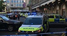 Allarme a Londra, uomo sui binari della metro di Charing Cross: «Ho una bomba»