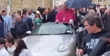 Immagine Arcivescovo sulla Porsche trainata da 50 bambini