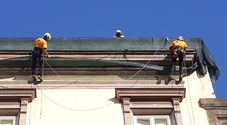Napoli, arrivano gli «uomini ragno»: ecco gli operai acrobati in piazza del Gesù