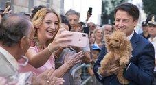 Conte come Monti: selfie e coccole al cagnolino sfidando la superstizione