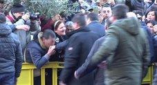 «Bacio a Salvini? Sì, ci dà i soldi» Ma il rione accusa: sei un traditore