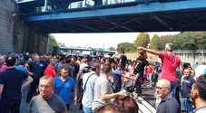 Napoli, la rivolta della Whirlpool: operai in piazza, bloccata l'autostrada Napoli-Salerno
