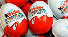 Ovetti Kinder nella bufera: una sorpresa accusata di essere razzista, l'azienda chiede scusa