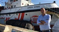 De Magistris sulla nave ammiraglia della ong Open Arms: «Napoli non è né complice né indifferente»