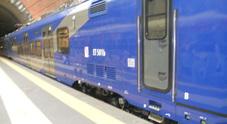 Lancio di pietre contro il treno della Circumflegrea, ferito un ragazzo: «È una guerra»