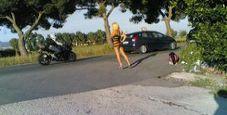 Immagine Prostituta adesca i clienti in abiti succinti: maxi multa