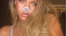 Rihanna, post sexy su Instagram: il décolleté che fa impazzire i fan