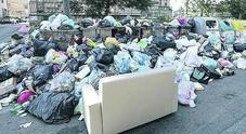 Napoli, restano 200 tonnellate di rifiuti a terra: «Pronti a recuperare gli arretrati»